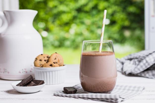 Cacao en verre sur table