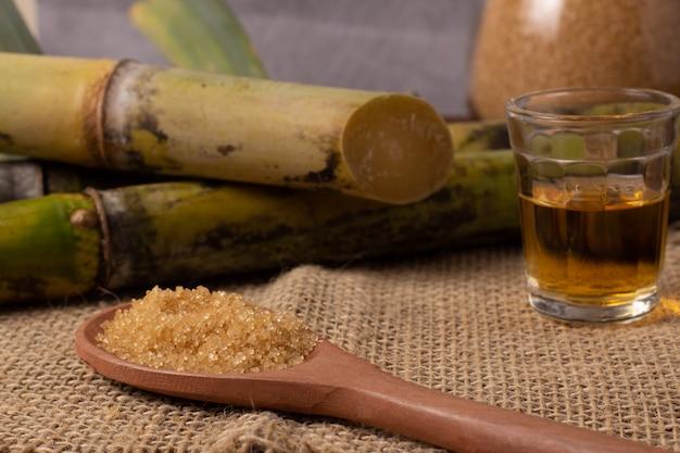 Cachaca est le nom d'une boisson alcoolisée typique produite au brésil à base de canne à sucre. boisson traditionnelle du brésil sur une table en bois