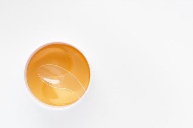 Cache œil hydrogel à énergie dorée. hydrater la peau.