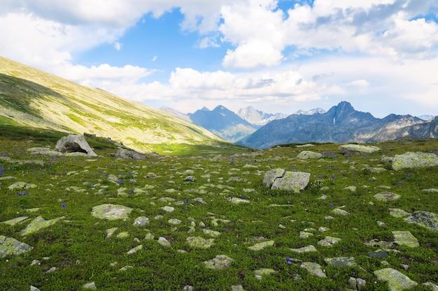 Caché pittoresque vallée de montagne vue panoramique