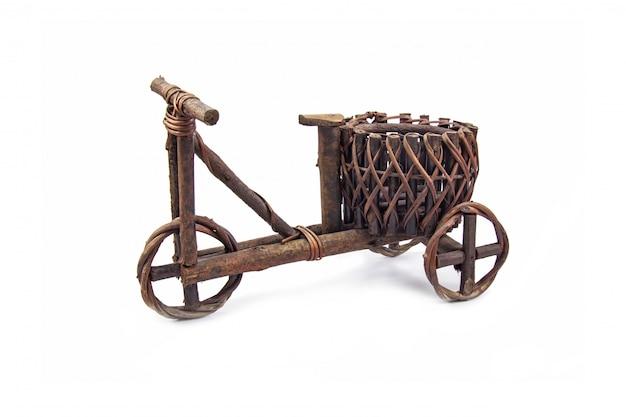 Cache-pot en bois brun foncé dans un style vintage en forme de vélo pour décoration jardin et maison isolé