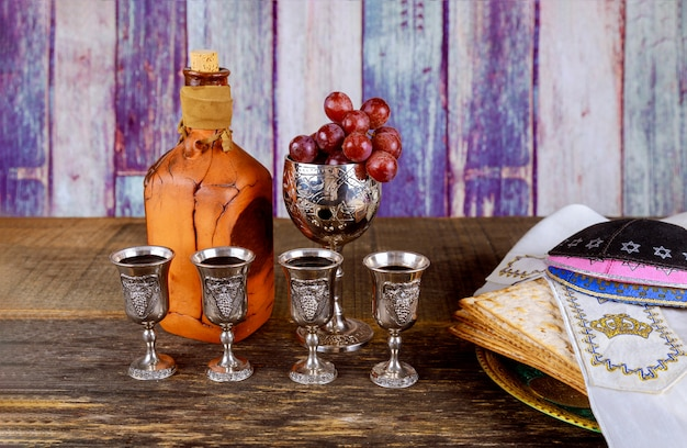 Cacher quatre verres vin vacances matzoth célébration matzoh pain de la pâque juive