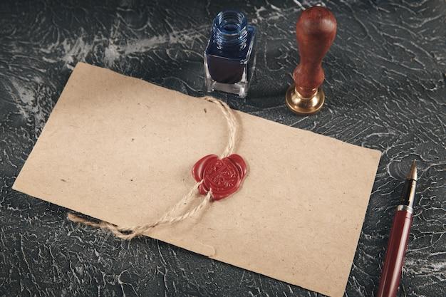 Cachet de cire rouge sur le document papier isolé.