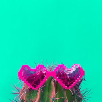 Cactus dans des coeurs de lunettes de soleil élégants. art créatif de cactus