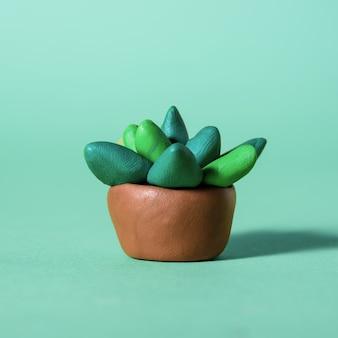 Cactus et succulentes verts en pâte à modeler faits à la main dans des pots.