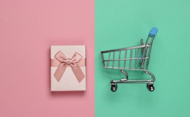 Caddie, boîte-cadeau sur fond pastel rose-bleu. vue de dessus