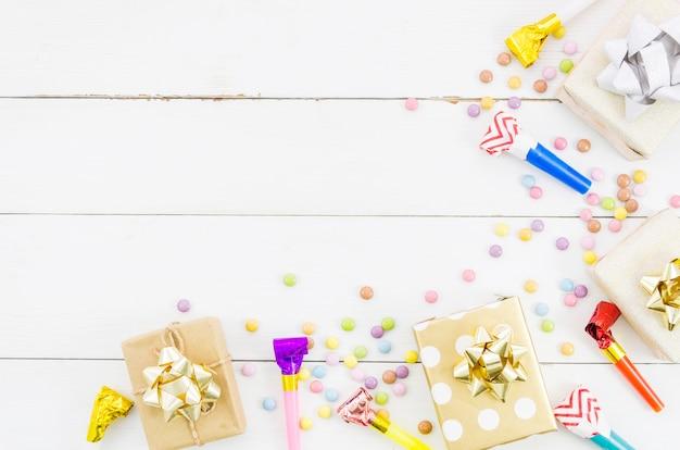 Cadeau d'anniversaire avec des confettis colorés