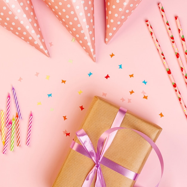 Cadeau d'anniversaire à côté d'ornements colorés