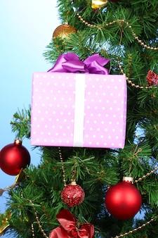 Cadeau sur l'arbre de noël