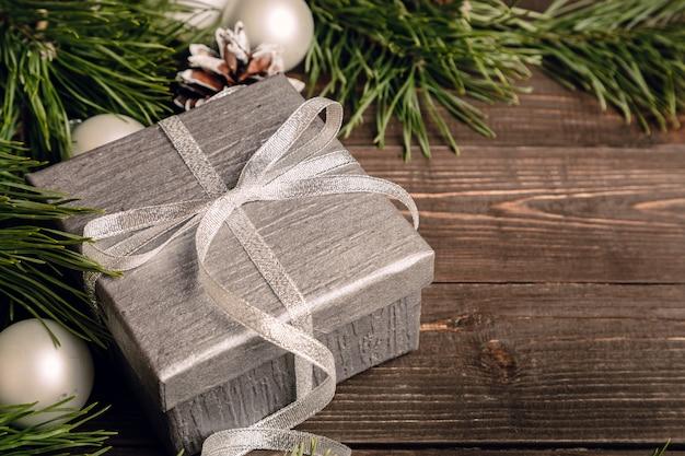 Cadeau en argent avec un arc et des décorations de noël