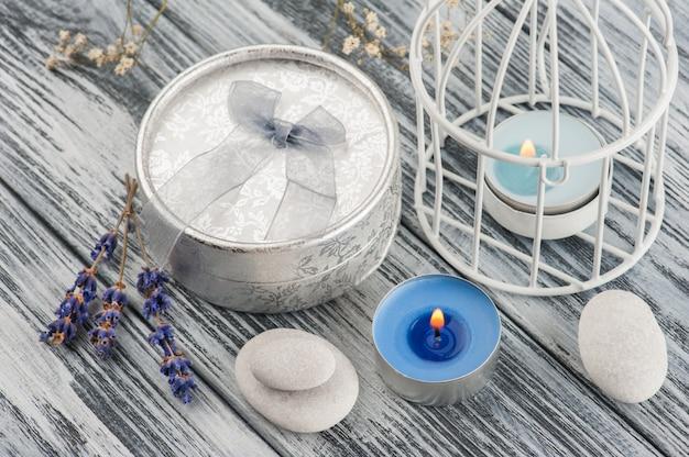 Cadeau en argent artisanal avec noeud et lavande