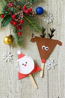 Cadeau de bâton de père noël et de renne sur la table en bois artisanat fait main pour des enfants