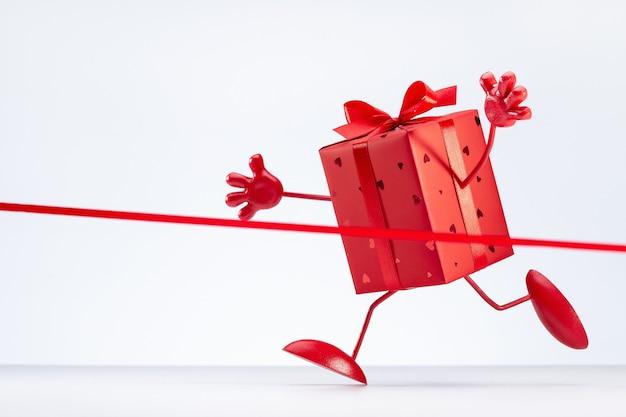 Cadeau. boîte emballée dans du papier rouge et décorée de ruban avec noeud. vente finale.