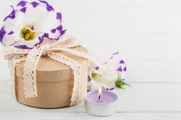 Cadeau et bougie fabriqués à la main