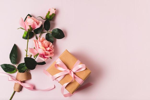 Cadeau avec bouquet de rose