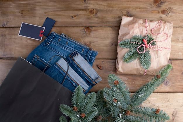 Cadeau et branches d'épicéa sur un bois brun