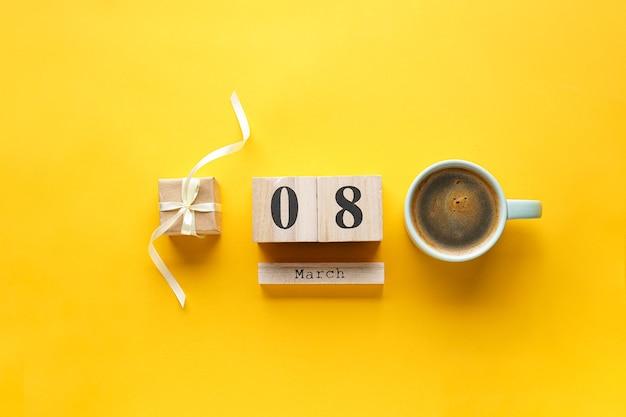 Cadeau avec café et calendrier en bois du 8 mars. mise à plat