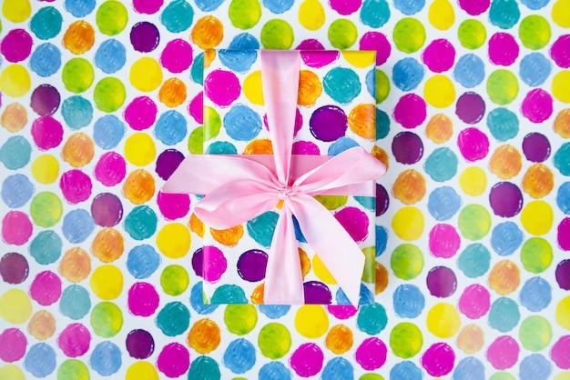 Cadeau coloré sur fond coloré