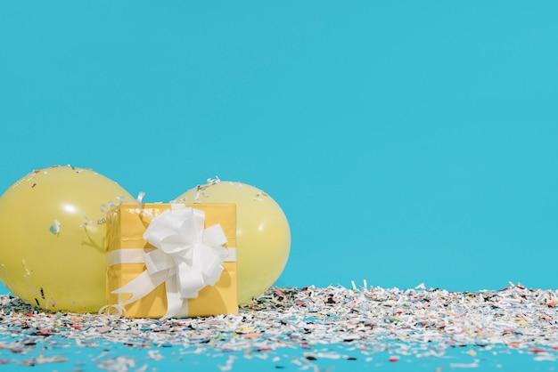 Cadeau avec des confettis