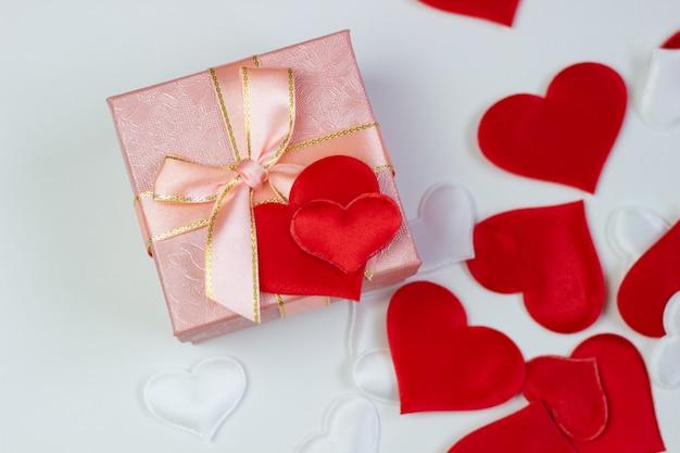 Un cadeau dans une belle boite et des coeurs