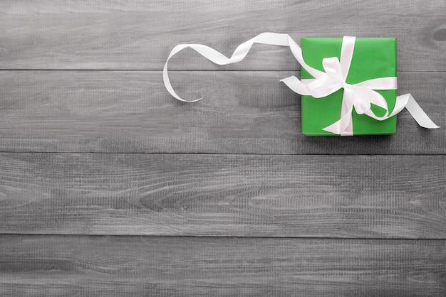 Cadeau dans un emballage vert de nanoseconde un ruban