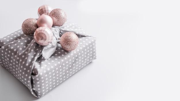 Cadeau durable de noël décoré de boules d'argent pastel