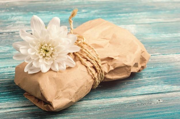 Cadeau avec emballage artisanal et fleur