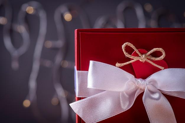 Cadeau emballé avec coeur rouge et ruban blanc