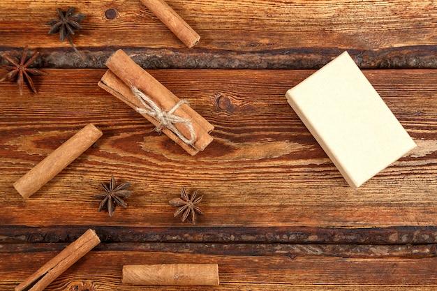 Cadeau emballé dans un carton biodégradable écologique sur un fond en bois ancien foncé avec un espace vide pour le texte