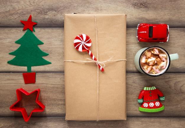 Cadeau emballé et décorations faites à la main