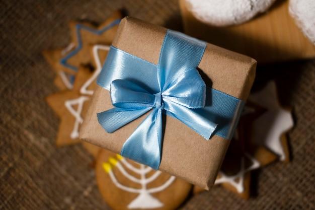 Cadeau emballé sur de délicieux biscuits