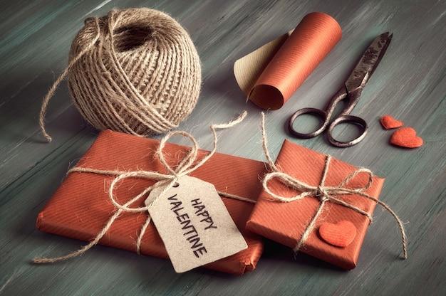 Cadeau emballé avec étiquette