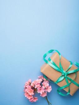 Cadeau emballé et fleurs à plat poser