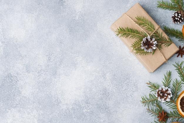 Cadeau emballé pour noël sur gris