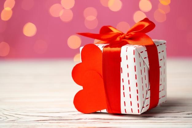 Cadeau emballé pour la saint-valentin sur une table en bois se bouchent