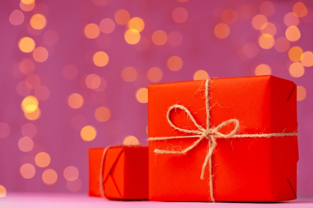 Cadeau emballé pour la saint-valentin sur table en bois
