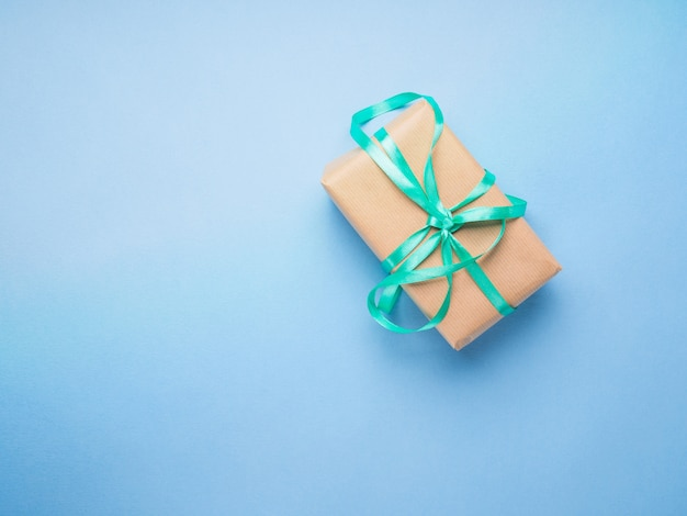 Cadeau emballé avec ruban sur bleu