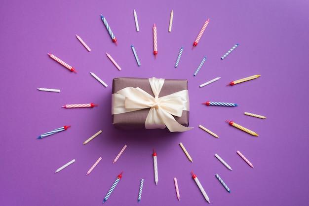 Cadeau entouré de bougies