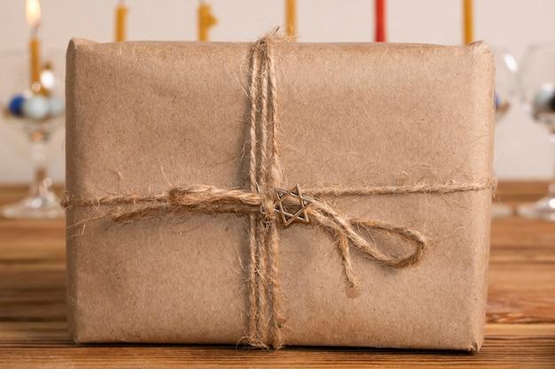 Cadeau enveloppé de papier de vue de face de vacances de hanoucca heureux