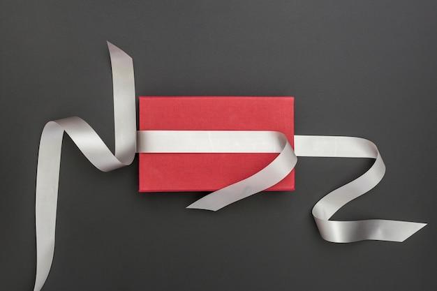 Cadeau enveloppé rouge sur fond sombre