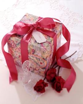 Cadeau enveloppé de ruban de roses