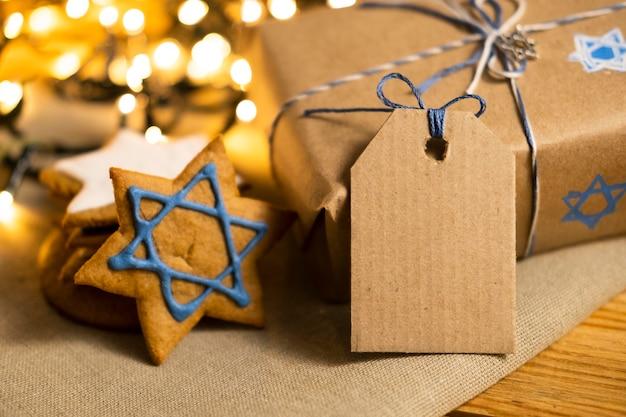 Cadeau avec étiquette concept juif traditionnel de hanoucca