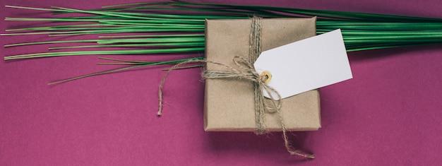 Cadeau avec une étiquette en papier