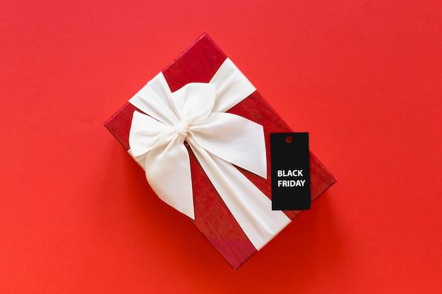 Cadeau avec étiquette de vendredi noir sur fond uni