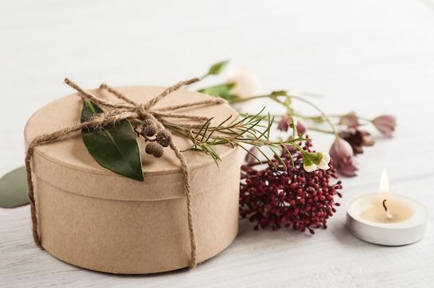 Cadeau fabriqué à la main et bougie allumée