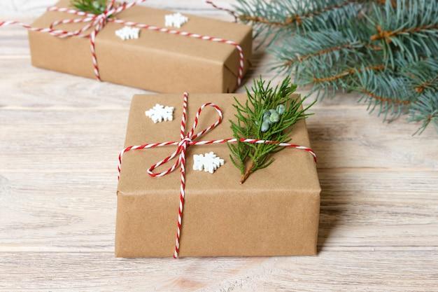 Cadeau fabriqué à la main sur du bois rustique avec des branches de sapin