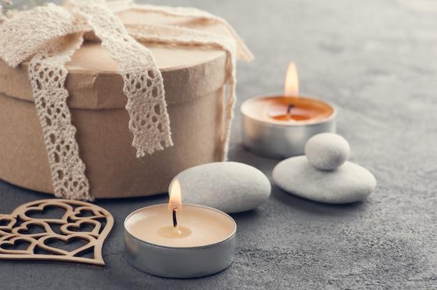 Cadeau fait main avec noeud en dentelle et coeur en bois