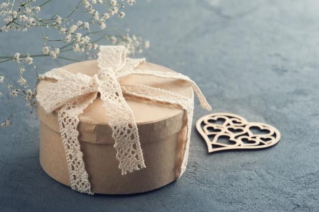 Cadeau fait main avec noeud en dentelle, coeur