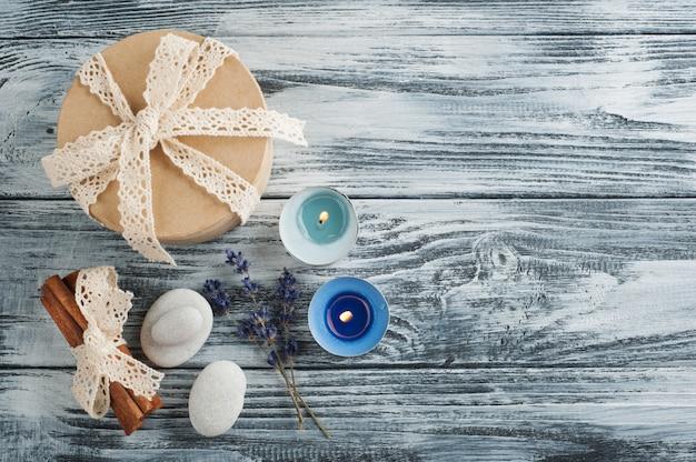 Cadeau fait main avec noeud, lavande