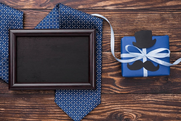 Cadeau de fête des pères avec des rubans avec cadre et cravate